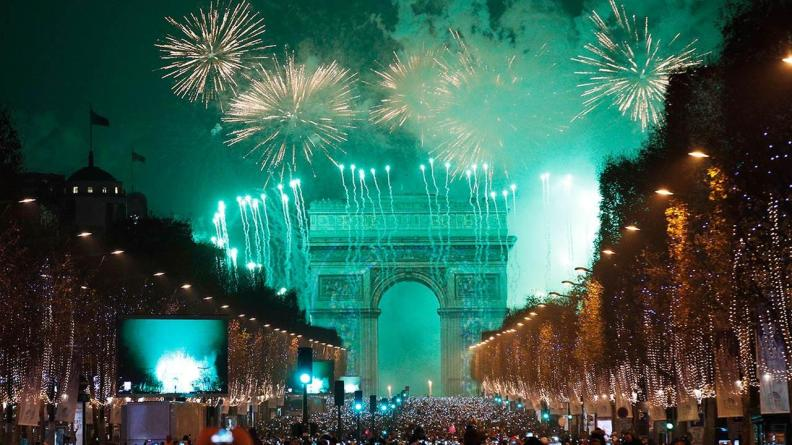 Arc de Triomphe new year night